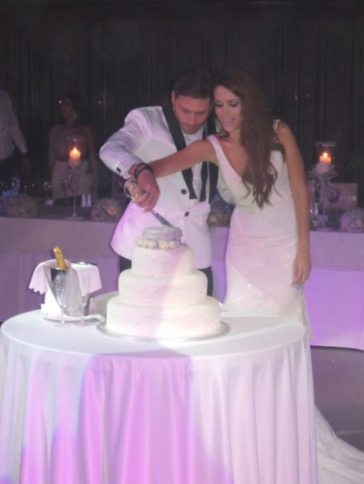 Μανίκας Γελεβεσάκη κόβουν την τούρτα του γάμου τους