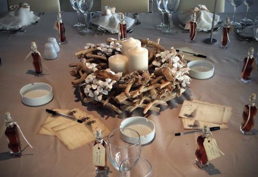 Στο τραπέζι υπάρχουν και κάρτες σε vintage style μαζί με στυλό για να γράψουν οι καλεσμένοι τις ευχές τους